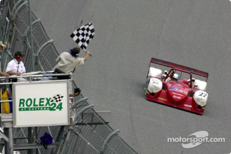 La Dallara Judd #27 passe sous le drapeau à damier aux 24H de Daytona
