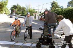 David Coulthard durante la producción del programa MobileKids, junto con el joven actor Konstantin K