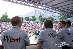 Mika Hakkinen y David Coulthard aparecen en el escenario frente al museo Mercedes-Benz en Stuttgart-