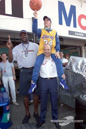 Nick Heidfeld y Peter Sauber con un invitado especial: el legendario basquetbolista, Shaquille O'Nea