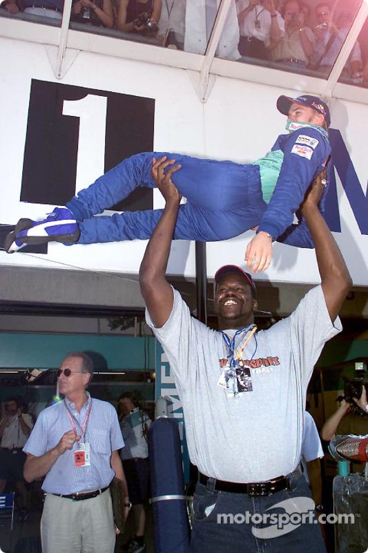 Nos bastidores daquele GP, Nick Heidfeld - o mais baixinho dos pilotos da F1 - foi levantado por Shaquille O'Neal.