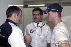 Franz Tost (Gerente de operaciones de BMW), Dr. Mario Theissen (Director de BMW) y Ralf Schumacher
