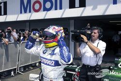 Juan Pablo Montoya celebrando su primera pole position en la Formula 1