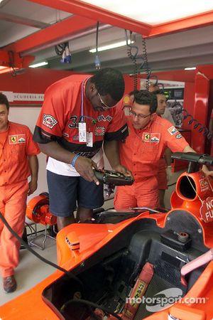Shaquille O'Neal y Luca Baldisserri en el garage de Ferrari