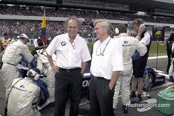 Antes de la arrancada: Dr Burkhard Goeschel (Miembro del Consejo de Desarrollo del Grupo BMW) y el P