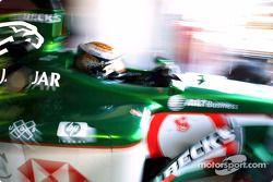 Eddie Irvine dejando el garage