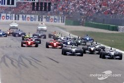 El comienzo: Juan Pablo Montoya delante de Ralf Schumacher