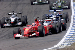 Rubens Barrichello frente de Mika Hakkinen y David Coulthard