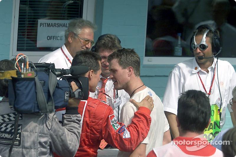 Michael Schumacher congratulating erkek kardeşi Ralf