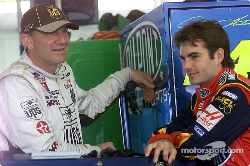 Los líderes en la carrera de puntos de la Winston Cup, Dale Jarrett y Jeff Gordon charlan en el gar