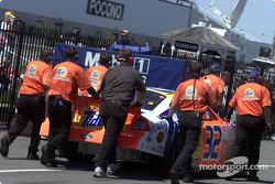 El Ford Taurus Tide de Ricky Craven es empujado por el garage en Pocono
