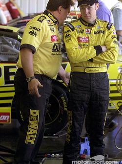 Matt Kenseth platica con el jefe de equipo, Robbie Rieser en el área de garage de Pocono