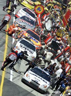 Ryan Newman, Dale Jarrett y Ricky Craven entran por servicio a pits