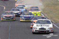 Dale Jarrett, poleman, mène devant Ricky Rudd et le reste du peloton de 43 voitures au virage 2, à Watkins Glen