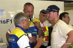 Pierre Dupasquier discutiendo con Ralf Schumacher