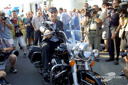 Jo Ramirez y su regalo de cumpleaños: una Harley-Davidson