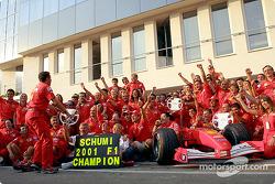 Michael Schumacher feiert mit dem Ferrari-Team
