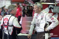 Los compañeros del equipo Robert Yates Racing , Dale Jarrett y Ricky Rudd discuten la puesta a punto