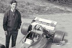 Ken Tyrrell präsentiert den Tyrrell001