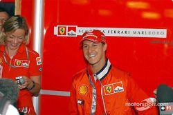 Michael Schumacher saludando a la prensa el jueves