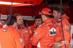 Rubens Barrichello discute avec Michael Schumacher