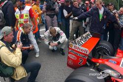 Mika jette un œil à l'arrière de la Ferrari