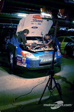 L'équipe Roush Racing de Kurt Busch travail très tard dans la nuit sur la Sharpie Ford Taurus