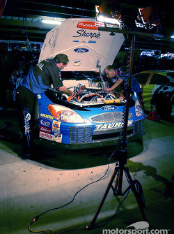 El equipo del Roush Racing de Kurt Busch trabaja entrada la noche en el Sharpie Ford Taurus