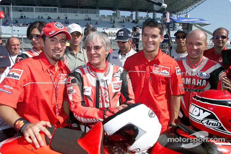 Bernie Ecclestone y su esposa Slavica con Max Biaggi en el Yamaha YZR 500 de dos asientos