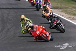Course : Max Biaggi mène devant Valentino Rossi et Loris Capirossi