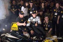 El lanzamiento del Glitzy Magnum-Minardi por el Ministro de Deportes en Kuala Lumpur recibe un enorme apoyo