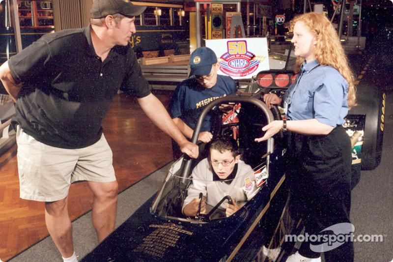 Pour saluer le 50e anniversaire de la National Hot Rod Association (NHRA), le musée Henry Ford organise une expoistion qui inclut un dragster et une voiture amusante