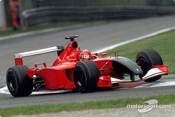 Michael Schumacher mengemudikan Ferrari tanpa sponsor dan hidung hitam