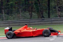 Michael Schumacher au volant d'une Ferrari sans sponsors et avec un nez noir