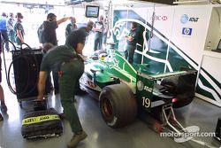 Pedro de la Rosa dans le garage Jaguar