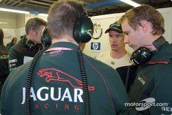Eddie Irvine en discussion avec ses ingénieurs