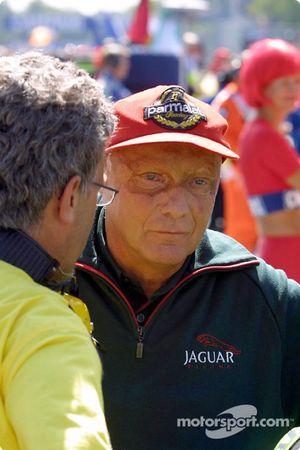 Fuerte discusión en la parrilla de salida: Eddie Jordan y Niki Lauda