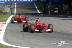 Rubens Barrichello davanti a Michael Schumacher