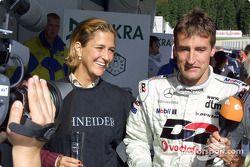 Bernd Schneider celebrando con su esposa