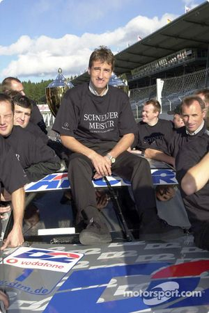 Bernd Schneider and Team AMG celebrating