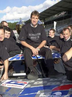 Bernd Schneider y el Equipo AMG celebrando