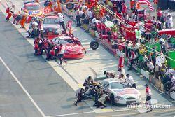 Actividad en pits: Dale Jarrett y Dale Earnhardt Jr.