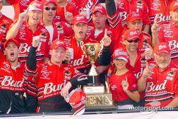 El ganador de la carrera, Dale Earnhardt Jr.
