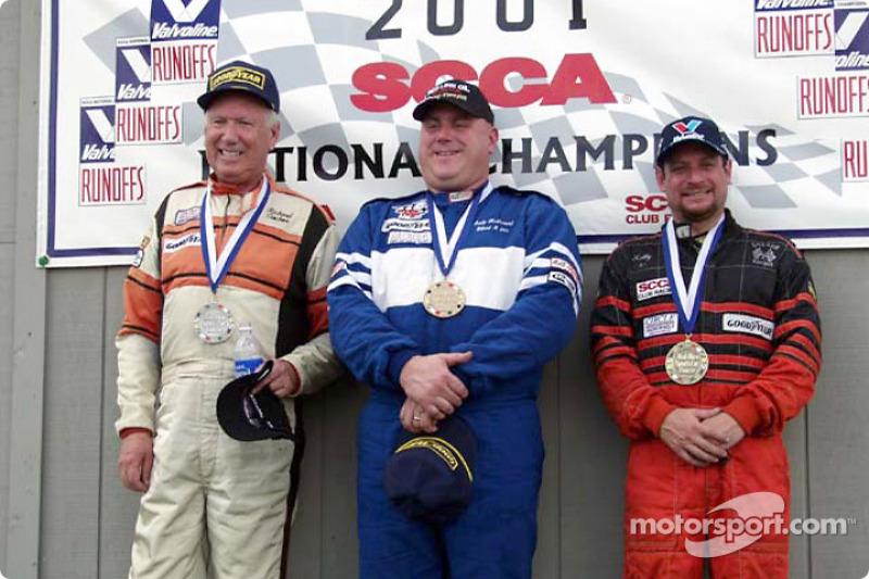 Course 12, American Sedan le podium: le Champion National Andy McDermid, le 2ème Richard Ciochona et le 3ème Kelly Lubash