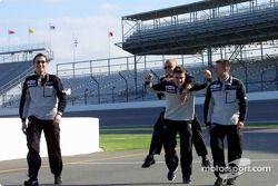 Фернандо Алонсо несет на плечах механика команды Minardi во время прогулки по трассе в Индианаполисе