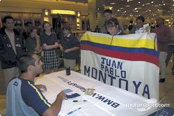 Séance d'autographes pour Juan Pablo Montoya