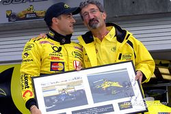 Jean Alesi celebrando sus 200 Grandes Premios con Eddie Jordan