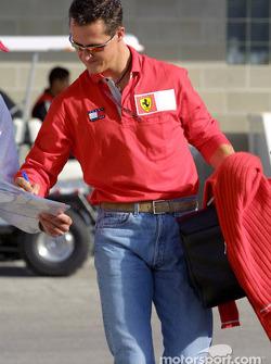 Michael Schumacher signe des autographes