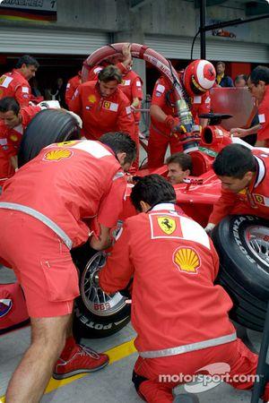 El Equipo Ferrari practicando las paradas de pits