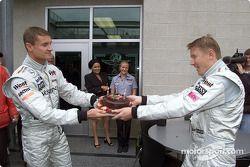 Mika Hakkinen celebrando su cumpleaños 33 con David Coulthard